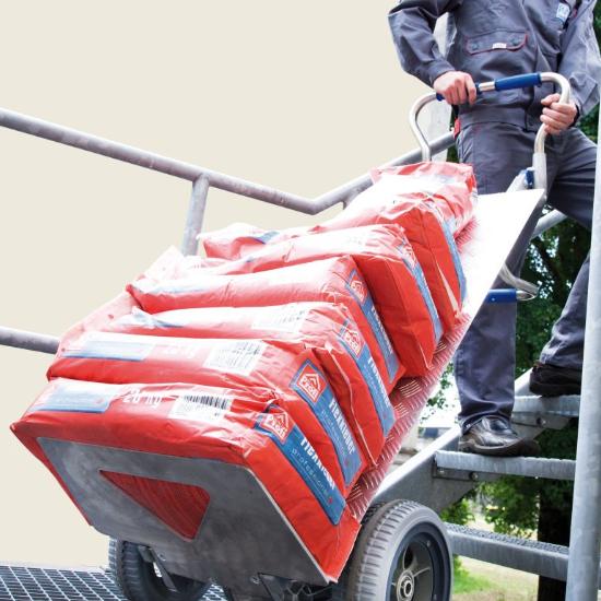 Treppentransport von Zementsäcken mit einem Treppensteiger Liftkar SAL.