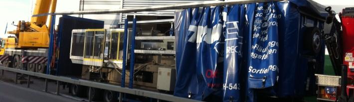 Ein Typischer Fabrikumzug: Maschinenverlagerung aus der Halle auf den LKW und dan auf die Autobahn.