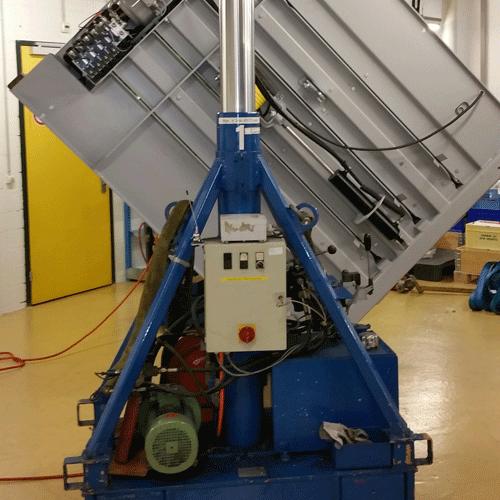 Kippen und Aufstellen einer Presse mittels Hydraulische Säulen