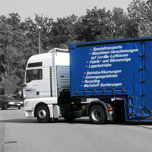 Abfahrtsbereiter LKW mit Auflieger
