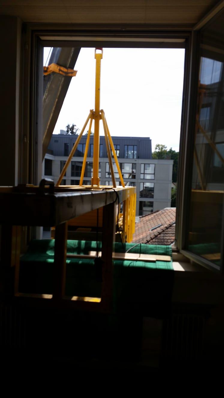 Tresor-Transport durch Fenster mit Kran